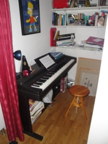 keyboard/piano in bedroom 2