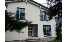 Helle, freundliche Räume/ Bright and sunny rooms, looking into the garden/ Pièces claires et ensoleillées, côté jardin