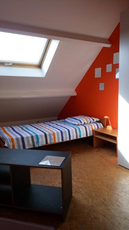 Chambre 1 personne 2ème étage (possibilité 2ème lit). Dans les toits, grande chambre lumineuse.