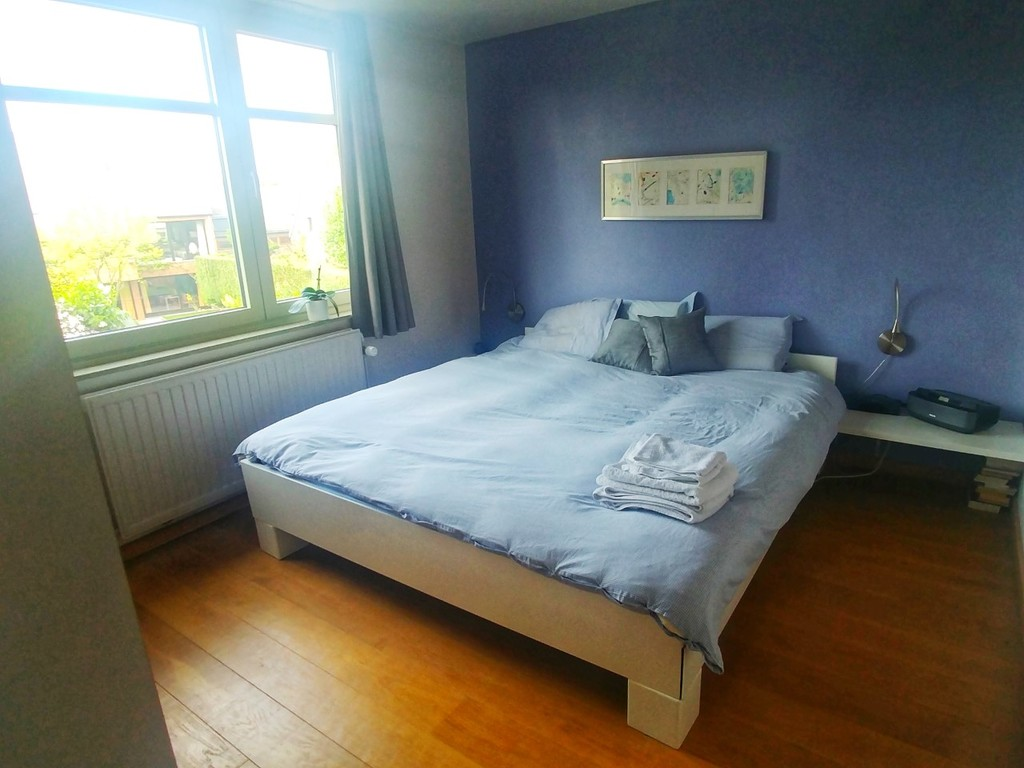 Chambre parentale confortable, lit kingsize (180) et literie de haute qualité. La chambre donne sur une ruelle calme et piétonne