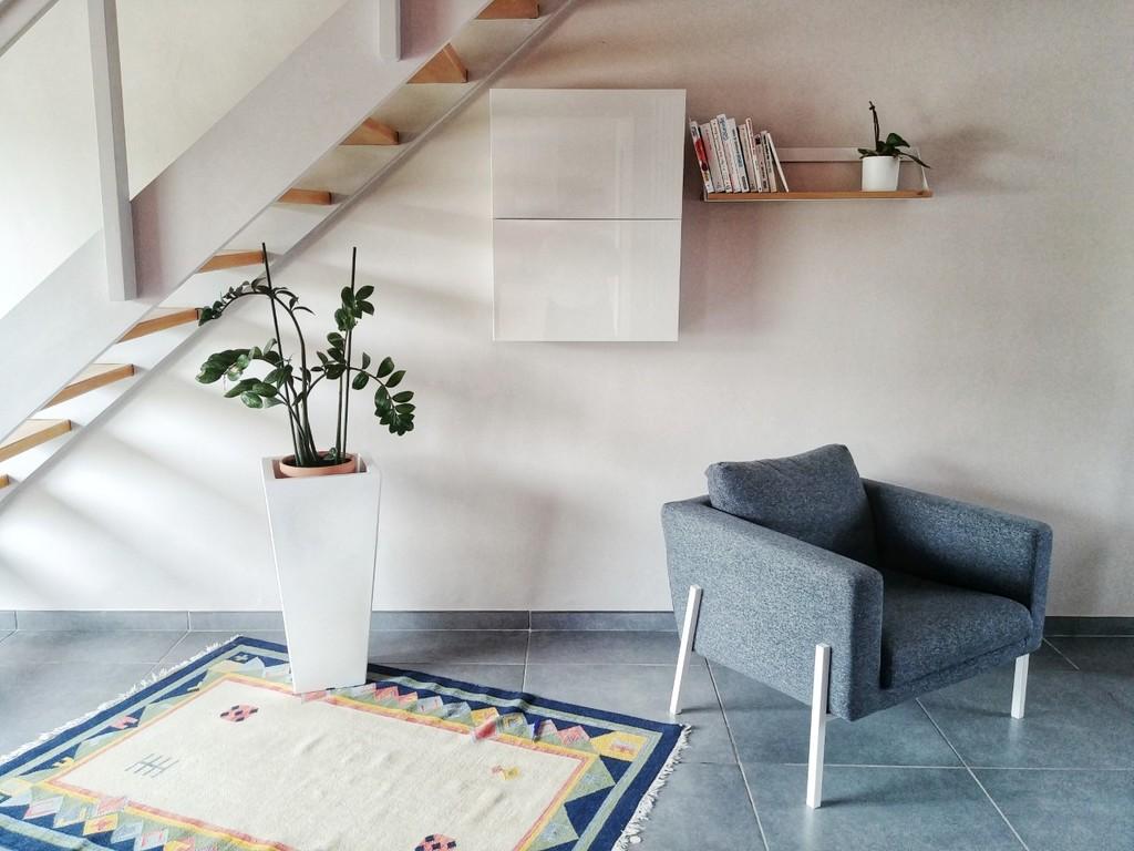 Salon agréable et confortable, lumineux. Donne directement sur le jardin.