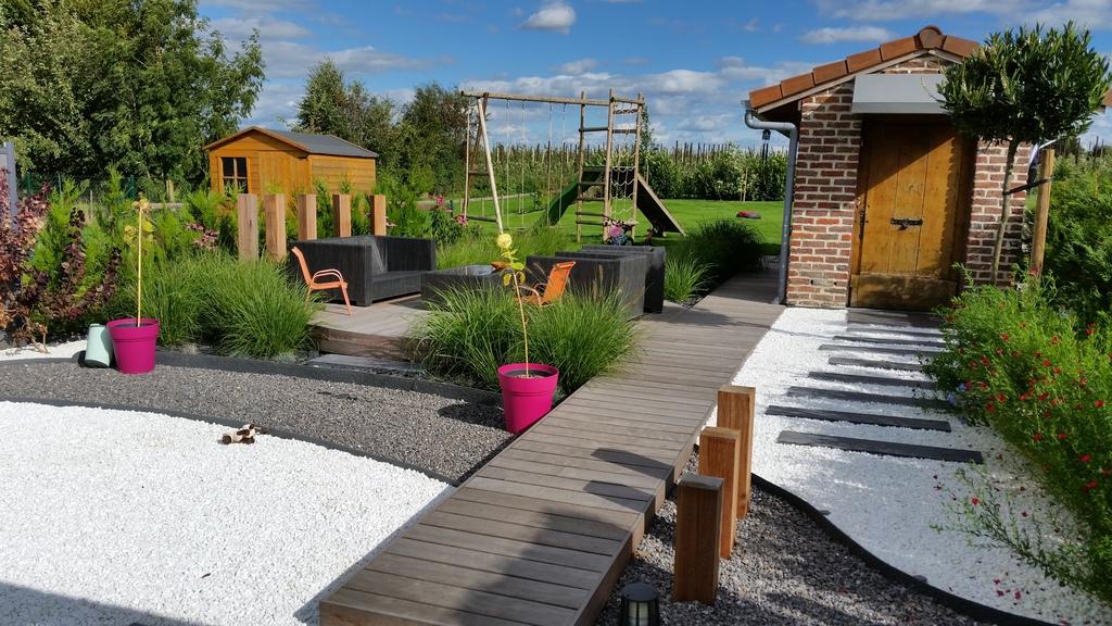 Ponton vers dernière terrasse et jardin.