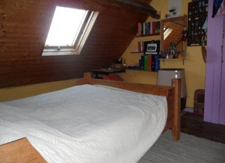 bedroom (behind)