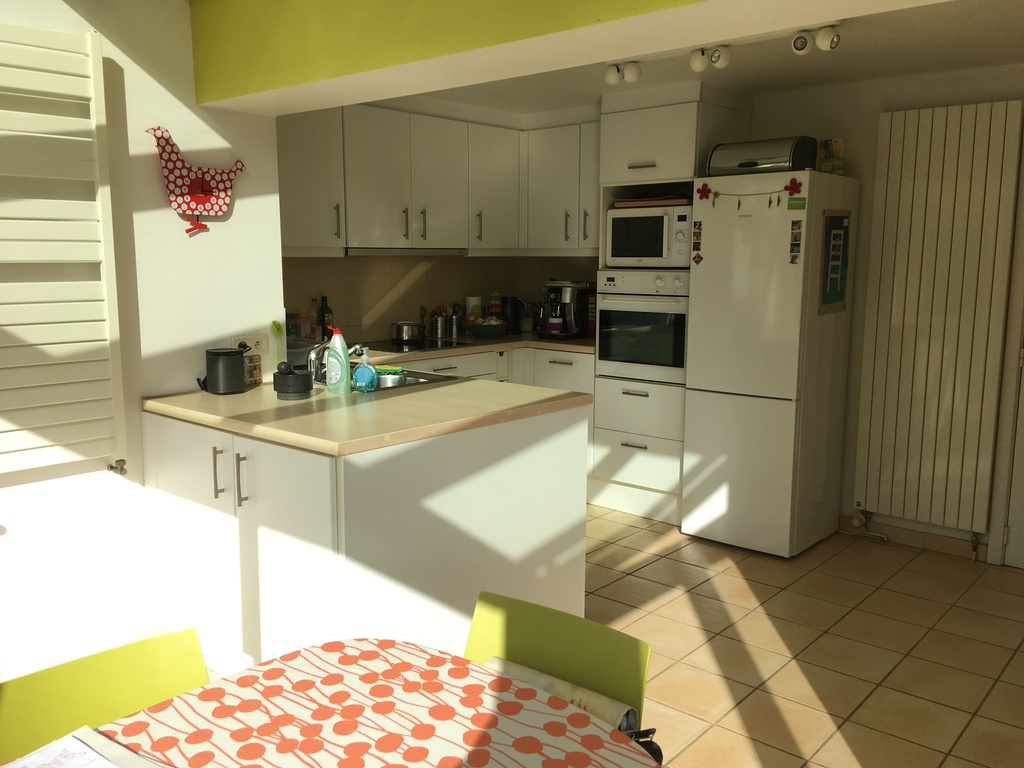 Main kitchen with table for 6 (extendable for 8)