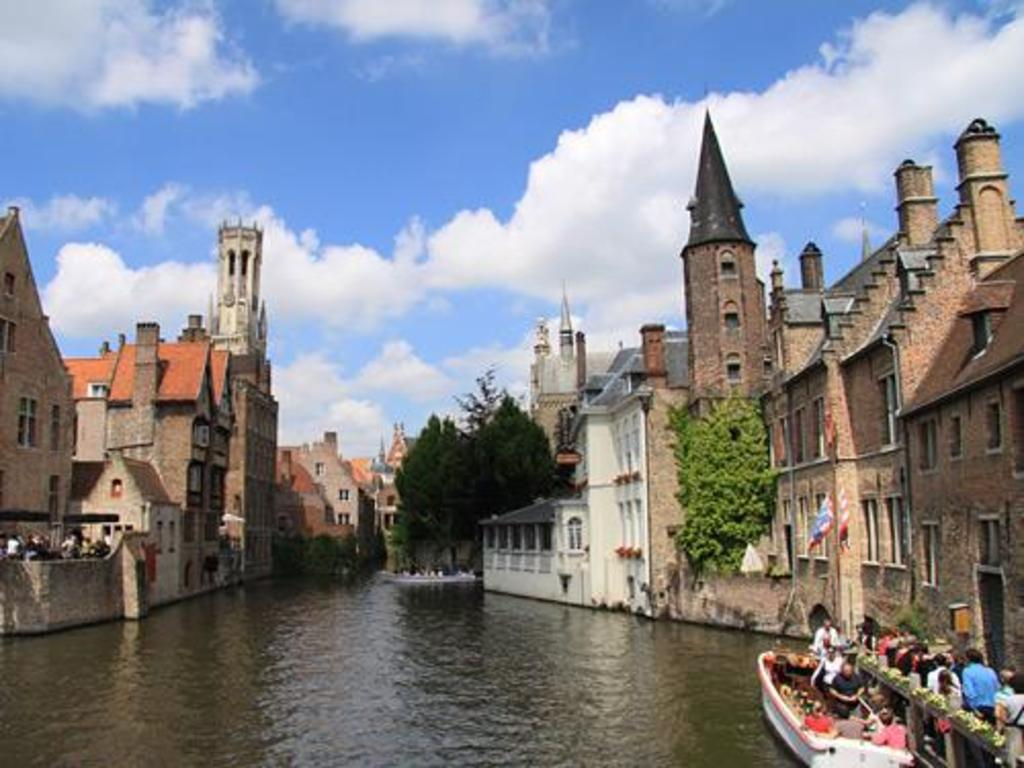 Bruges center with canals 89km