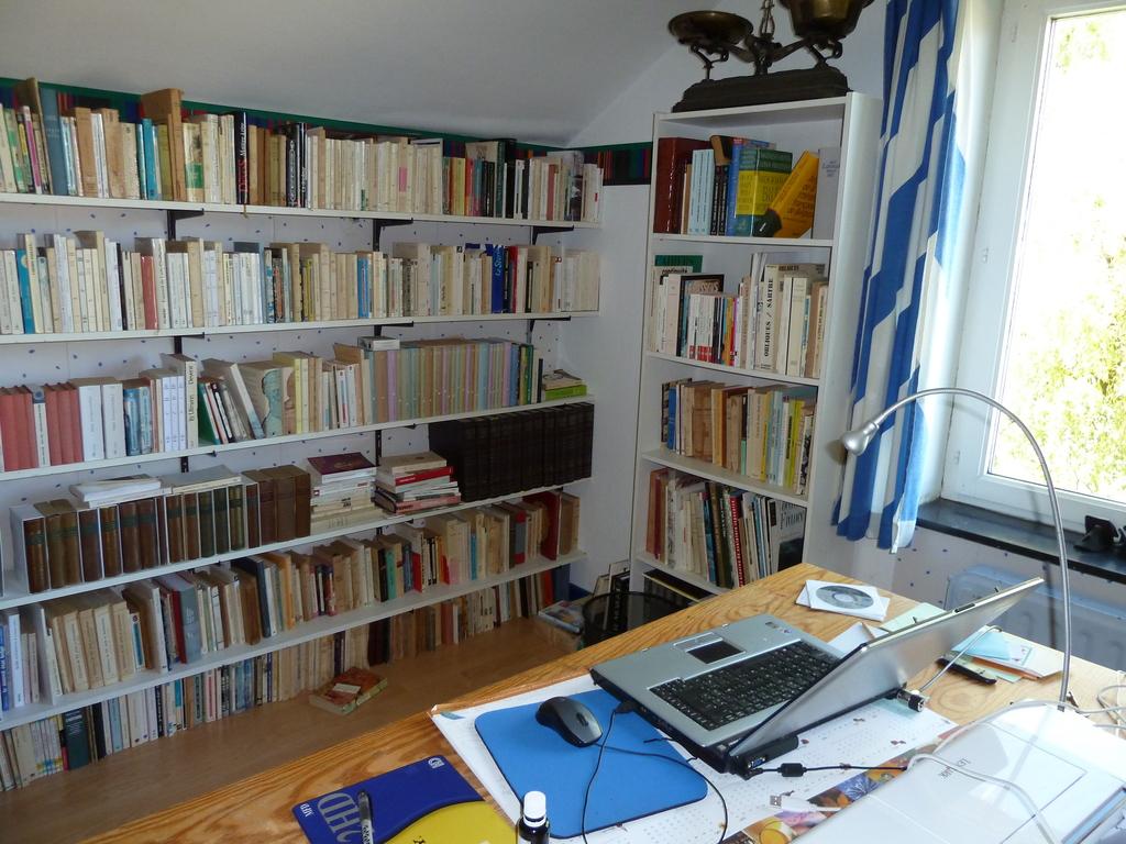 la bibliothèque à l'étage. Un autre bureau se trouve au rez-de-chaussée.