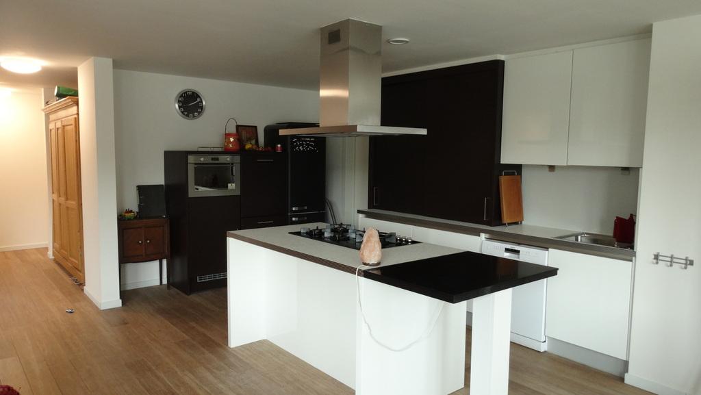 Kitchen with dishwasher, fridge, 5 cooking basins,...