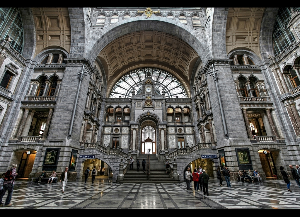 Central staion of Antwerp / 10 minutes walking distance