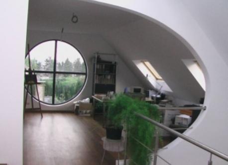 Un autre bureau et une chambre tout en haut