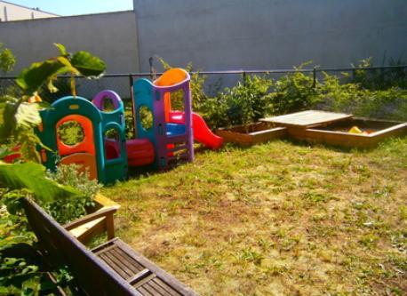 jardin arrière de 65 m carré avec grand bac à sable de 2 m x 4 m