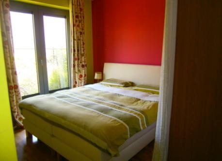 chambre parentale avec un côté pour le lit et un pour le dressing