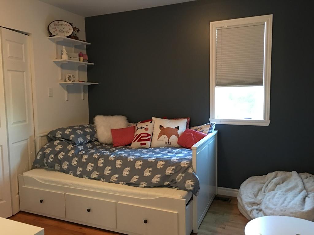 Chambre d'enfants. Un lit simple et un second lit simple dans le tiroir.