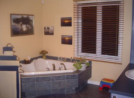 Salle de bain complète à l'étage (bain et douche)