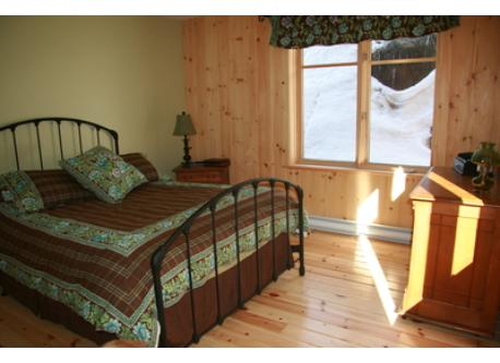 Chambre à coucher principale avec grand lit