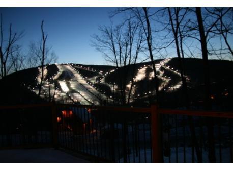 La montagne  de ski éclairée