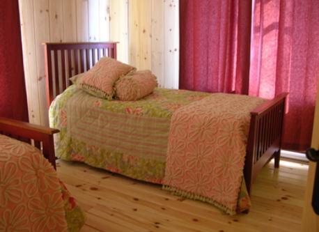 Chambre à coucher avec deux lits simples