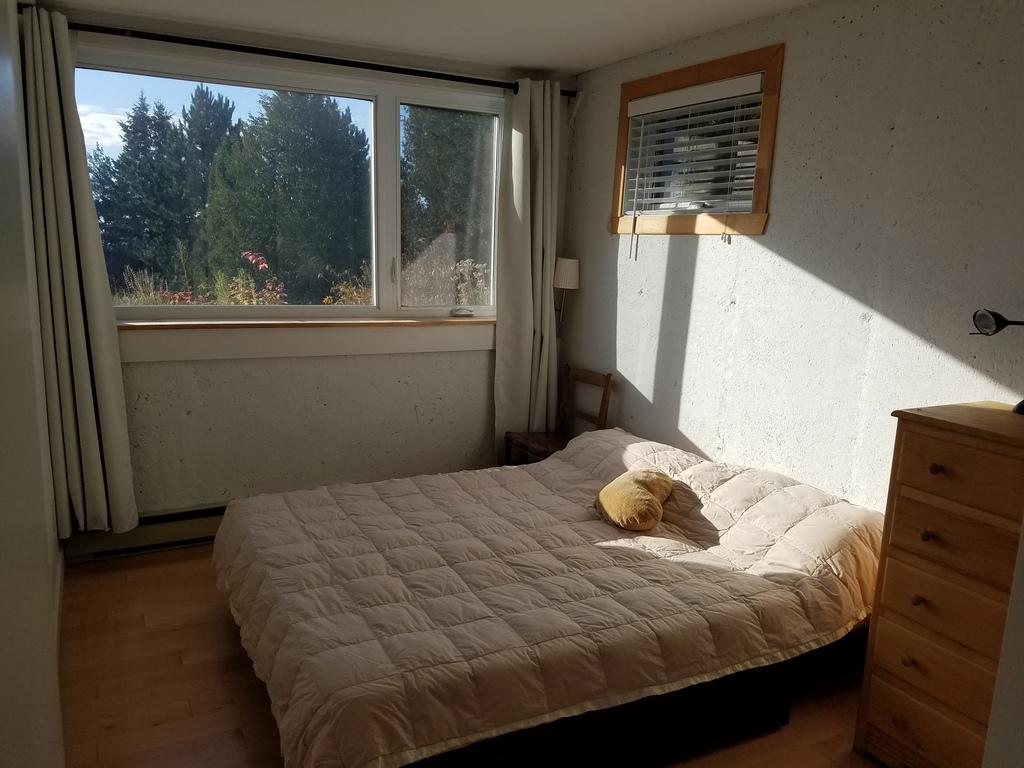 Une des trois chambres à coucher. Main bedroom. Schlafzimmer.