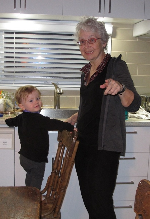 Petite-fille aidant grand-maman. Granddaughter helping grandmother. Die Enkelin hilft Oma.