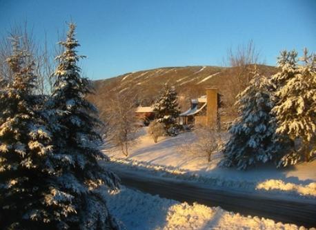 Vue vers le Mont Ste-Anne au Nord-Ouest durant l'hiver.