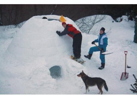 Nous fabriquons un igloo presque chaque hiver. Aucun problème à y coucher avec nos duvets d'hiver. Nice to sleep in our igloo.