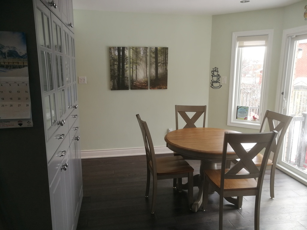 breakfast nook adjoining the kitchen