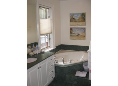 ensuite bathroom in main bedroom / salle de bain communicante dans la chambre principale