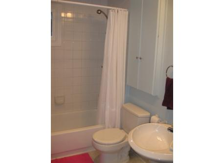 2nd upstairs bathroom / 2e salle de bain / toilette a l'etage