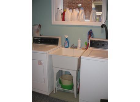 laundry area in basement / laveuse - secheuse dans le sous-sol