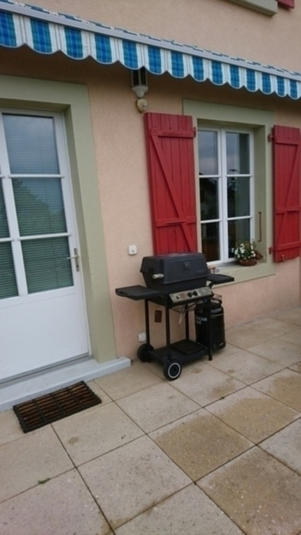 Le grill devant l'entrée côté jardin