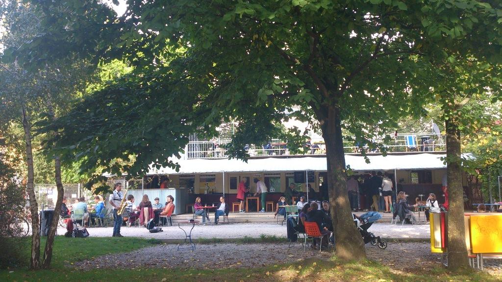 Cafés und Livemusik am Fluss