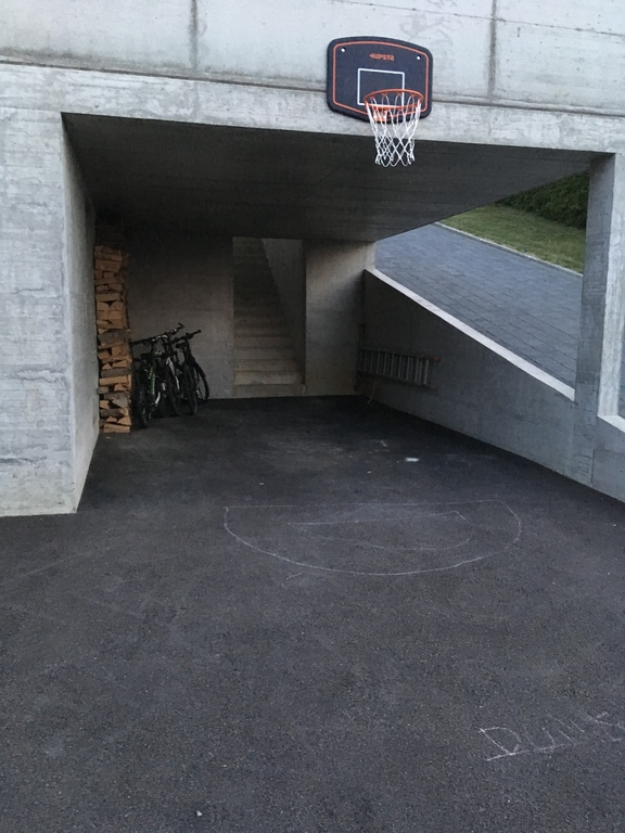 Une panier, un garage ou piste de luge?