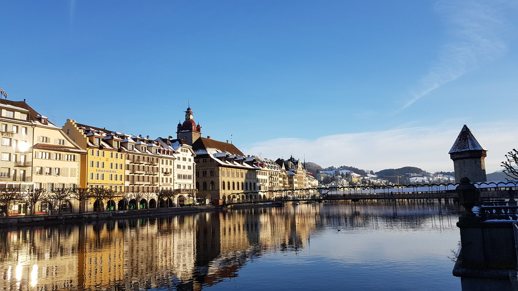 Kapellbrücke und Häuserzeile an der Reuss Luzern Winter 2021