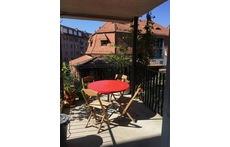 (1) Balkon gegen den Hof in Wohnzimmer/Küche (living room, kitchen; balcony)