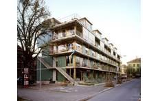 Unsere gemeinnützige Siedlung mit rund 20 Wohnungen: unser Heim ist vorne im 1. und 2. Stock