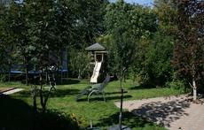 le jardin, avec trampoline et toboggan