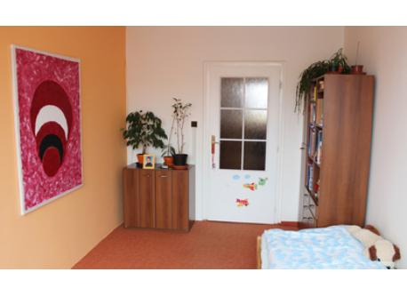 children´s room with one classic bed
