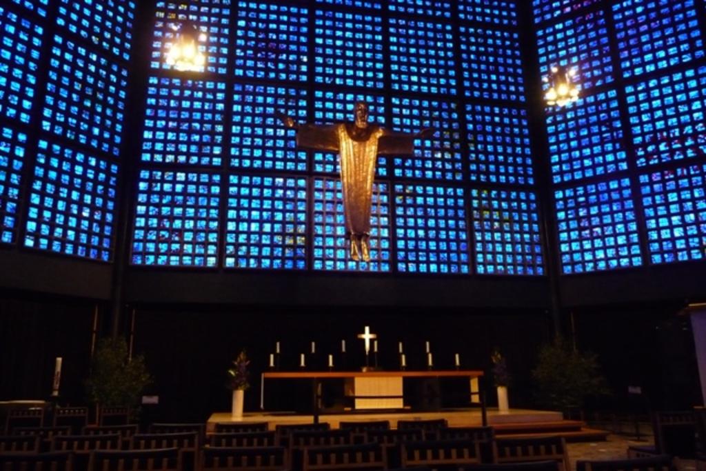 """Famous """"Kaiser-Wilhelm-Gedächtnis-Kirche"""" (church),  1.5 km"""