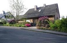 Haus (von der Straße gesehen) / house (seen from the street) / maison (vue de la rue)