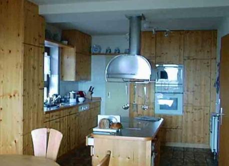 Küche (vom Esszimmer gesehen) / Kitchen (viewed from dining room) / Cuisine (vue de la salle à manger)