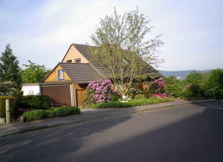 Haus(von der Straße  gesehen) / house (seen from the street) / maison (vue de la rue)