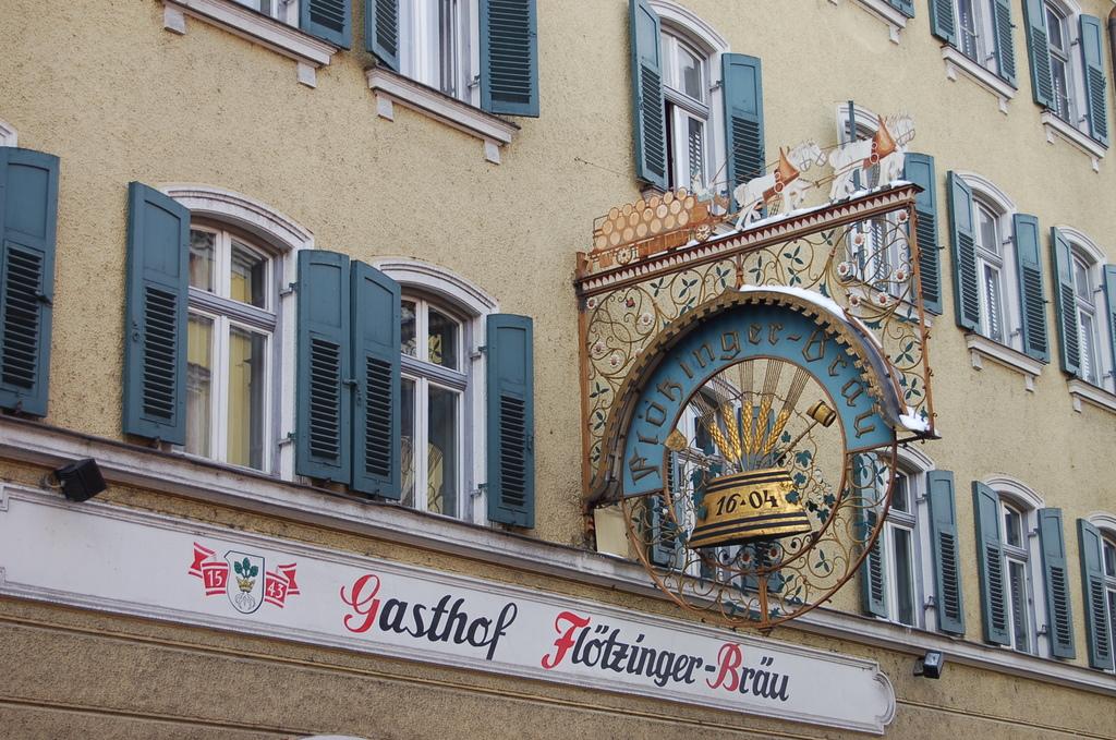 Eine traditionelle Gastwirtschaft (bavarian restaurant) auch mit Brauerei (with brewery)