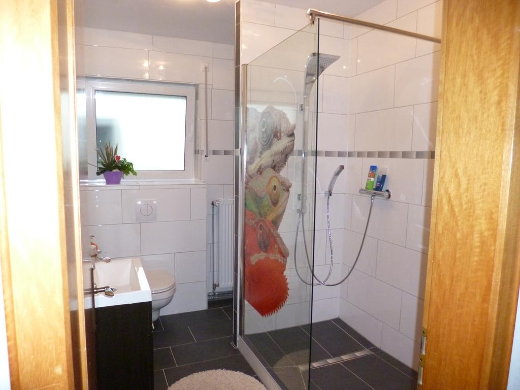 Badezkmmer Erdgeschoss mit Dusche