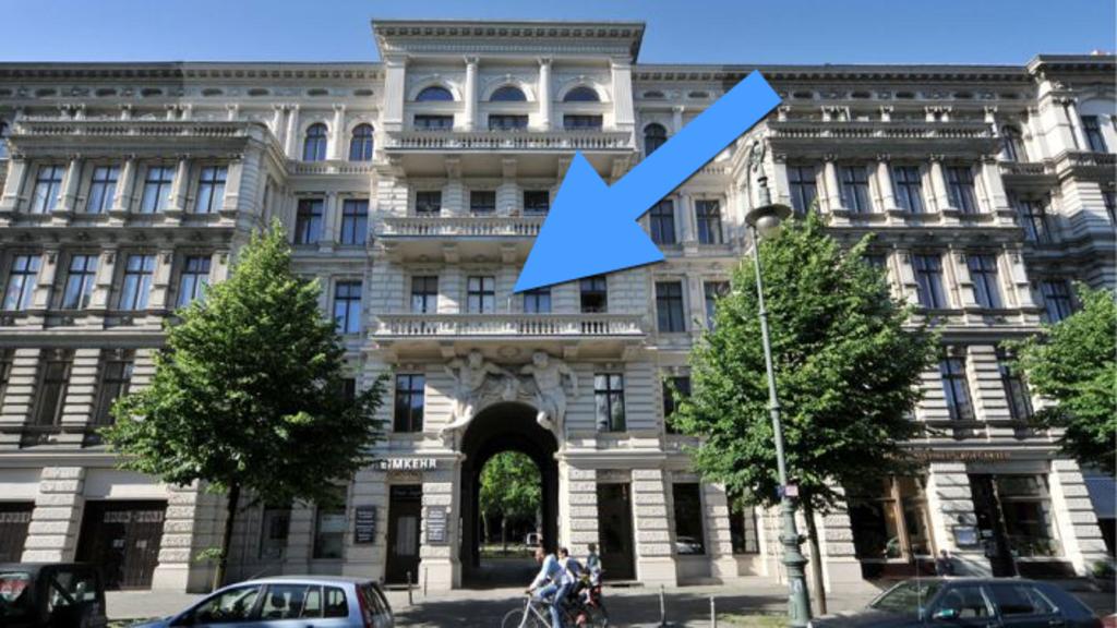 balcony 2 (arrow)