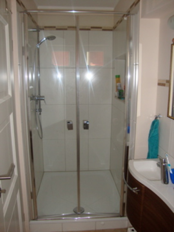 Dusche unten/ Shower downstairs/ Douche en bas