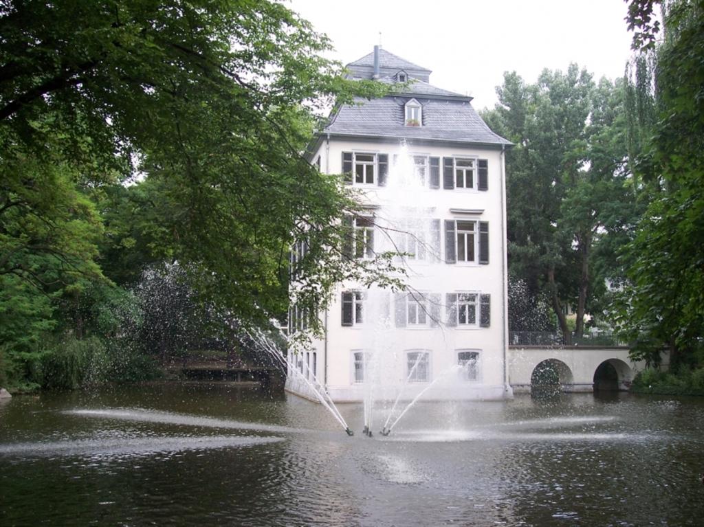 Holzhausenschloss im Holzhausenpark - Frankfurt 3 min by foot