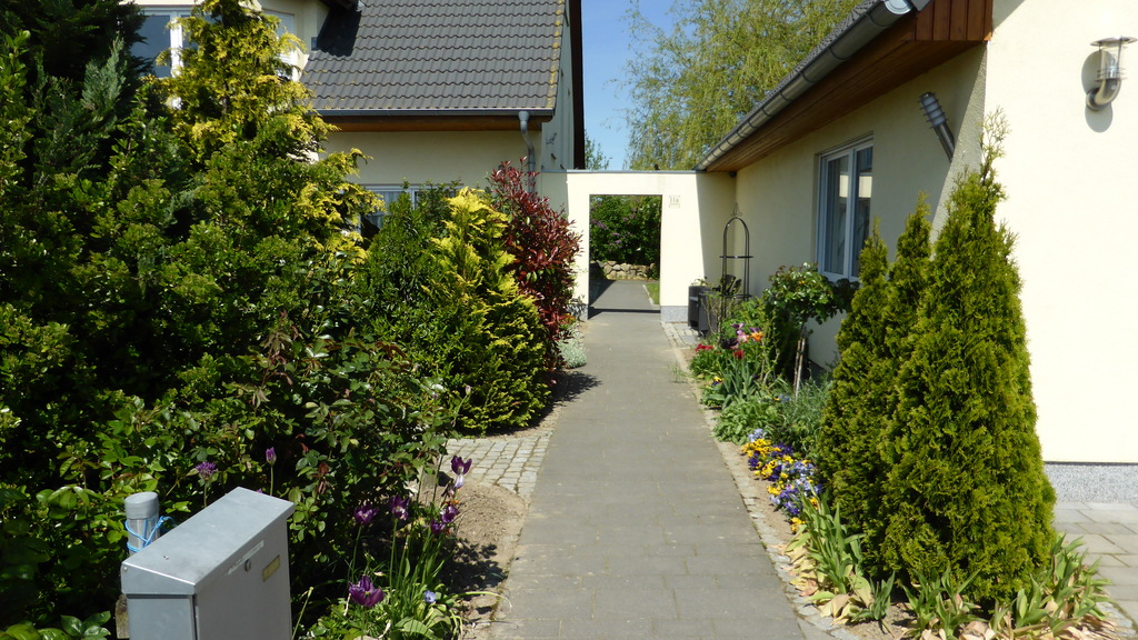 Footway to the entrance / Weg zum Eingang
