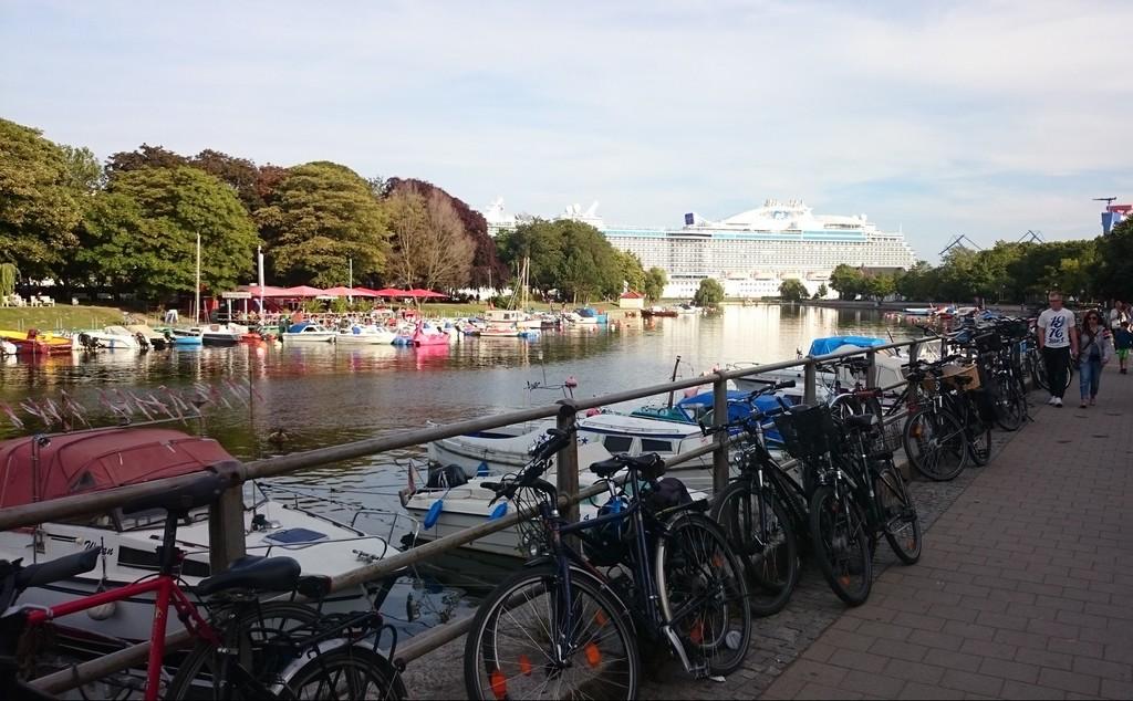 River front mit cruise liner / Flusspromenade in Warnemünde mit Kreuzliner