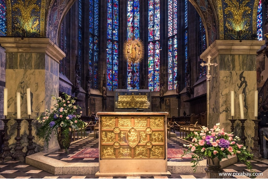 octagon in Aachen Cathedrale with shrine of Charlemagne
