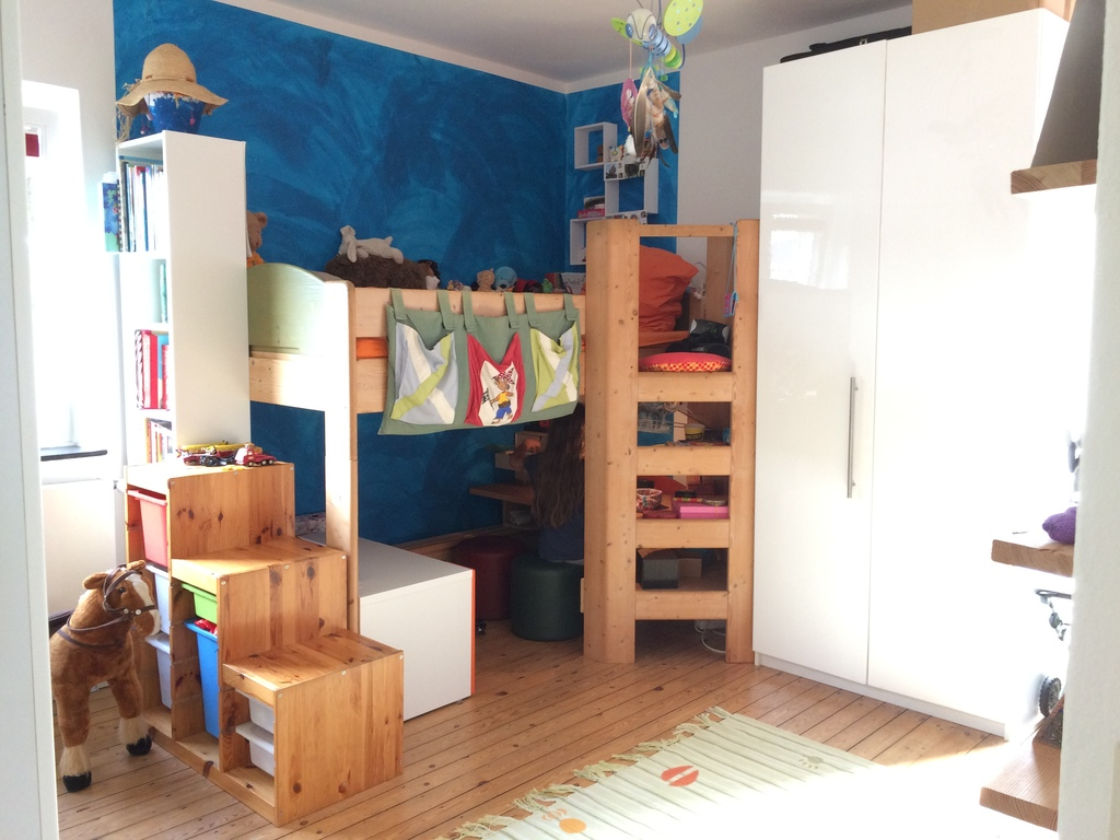 child's room with one bed