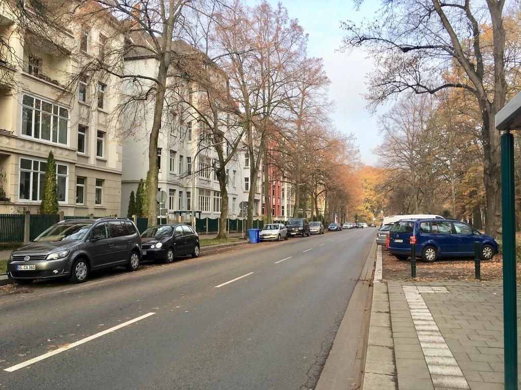Blick auf unser Wohnhaus (Mitte) und die Straße